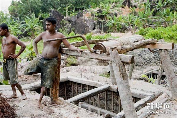 3月2日,在斯里兰卡拉特纳普勒,两名矿工站在一口宝石矿井边。