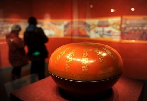 """1月15日,清宫旧藏""""燕喜同和""""款矾红地金彩双""""喜""""字圆盒在首都博物馆展出。新华社记者 罗晓光 摄"""