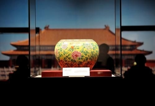 """清宫旧藏""""体和殿制""""款黄地粉彩缠枝牡丹纹大钵缸。"""