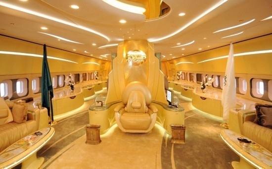 沙特王子阿尔瓦利德波音747私人专机上的奢华宝座。   这些豪华私人专机配备有电影院、大理石浴缸、水族馆、劳斯莱斯车库、音乐厅、高级厨房、奢华宝座、黄金(1576.30,0.40,0.03%)座椅搭扣,每一个细节都为主人量身打造,满足工作、生活和娱乐的不同需求。