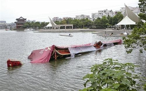停在瓯海龙舟基地的台阁龙舟沉没.    /摄2012年,台阁龙舟在温州龙
