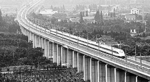一列从宁波开往南京的动车行驶在宁杭甬高铁