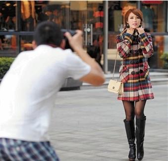 杭州淘宝模特赚钱不怕热 40℃高温下穿秋冬装拍摄