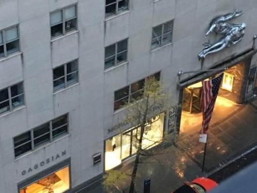 从卡莱尔酒店里沙克特房间望见的高古轩画廊。图片:Courtesy of Kenny Schachter