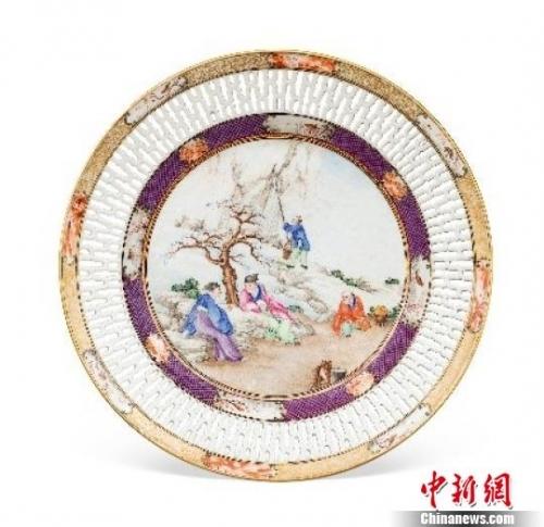 清乾隆广彩《引泉煮茶》通花碟 受访者 摄