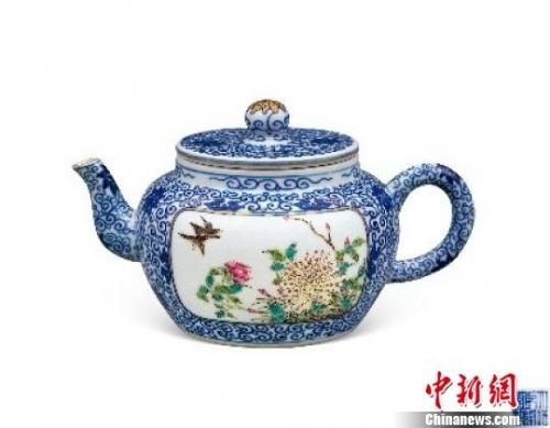 清乾隆粉彩青花开光花鸟纹描金茶壶 受访者 摄