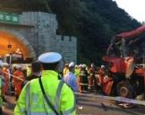 西汉高速事故现场:客车撞向隧道口36人死亡