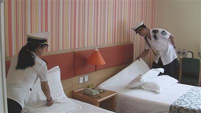 近日,市卫生监督部门对快捷酒店的床品进行卫生检查。