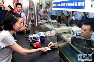 来沪人员领取异地办理的身份证。(图片来源:新华社)