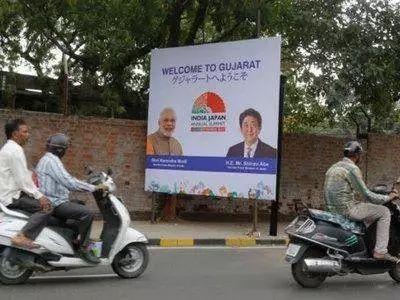 艾哈迈达巴德路边欢迎安倍来访的广告牌。来源:《印度时报》