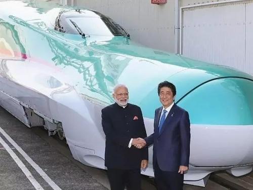 """2016年11月12日,日本首相安倍晋三(右)与参观""""新干线""""列车生产厂的印度总理莫迪握手合影。(新华/法新)"""