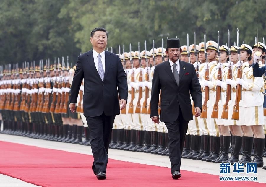 9月13日,国家主席习近平在北京人民大会堂同文莱苏丹哈桑纳尔举行会谈。这是会谈前,习近平在人民大会堂东门外广场为哈桑纳尔举行欢迎仪式。新华社记者 谢环驰 摄