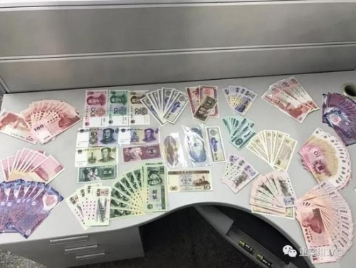 """65岁的老人孙林在北文雅轩购买的部分""""纪念币"""",30万元纪念币实际价格仅2万。"""