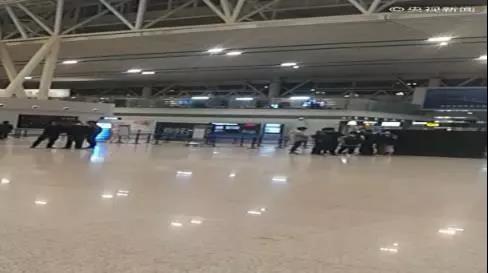 △长沙机场的候机大厅,一部分旅客滞留。
