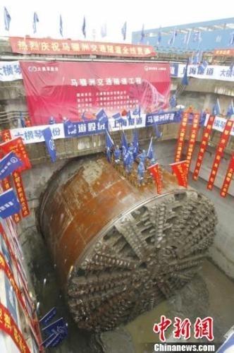 """重达三千多吨的巨无霸""""任翱号""""盾构机让横琴马骝洲交通隧道实现了全线贯通 陆绍龙 摄"""