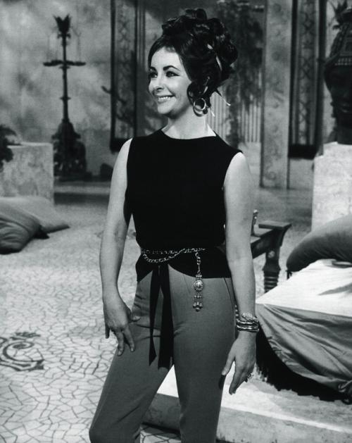 伊丽莎白泰勒在埃及艳后拍摄片场佩戴宝格丽蛇形珠宝经典造型,图片来源宝格丽。