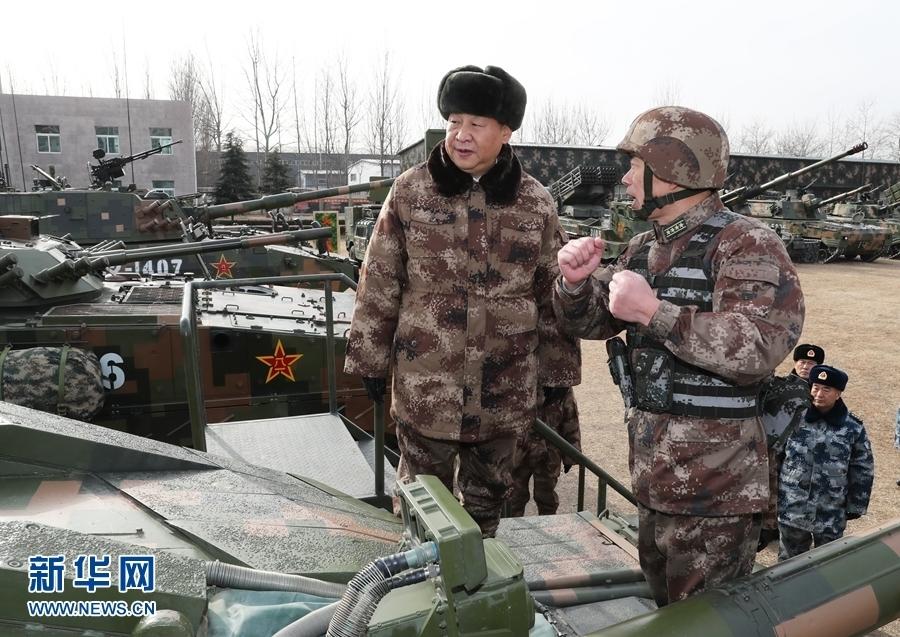 1月3日,中共中央总书记、国家主席、中央军委主席习近平视察中部战区陆军某师。这是习近平登上99A坦克,详细了解装备战技性能。新华社记者李刚摄