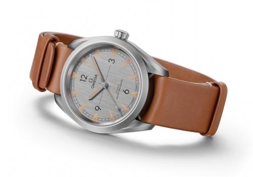 欧米茄全新铁霸腕表-灰色表盘搭配棕色NATO北约军用皮表带,图片来源omega。