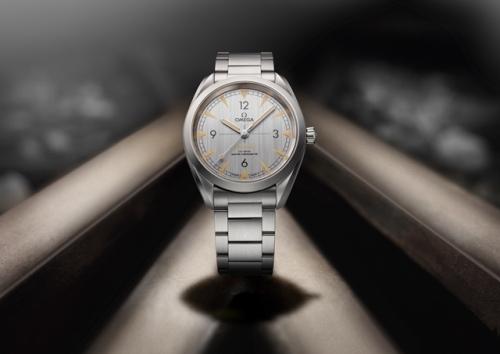 欧米茄全新铁霸腕表-灰色表盘搭配精钢表链,图片来源omega。