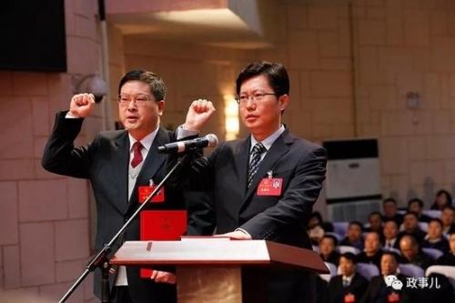 郄英才(右)与新当选的襄阳市监察委员会主任吕义斌,宪法宣誓