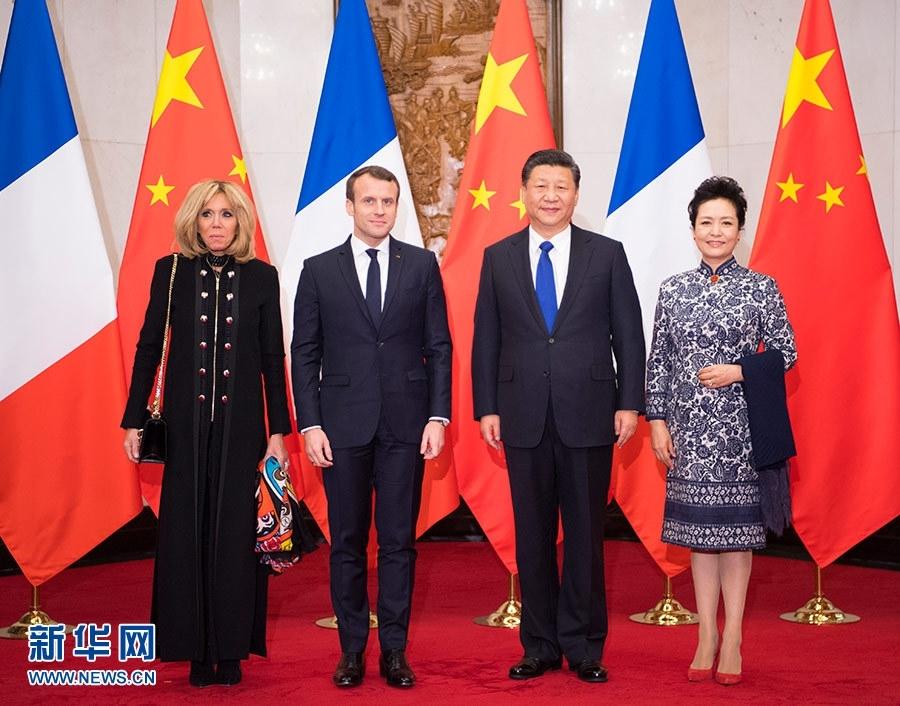 1月8日,国家主席习近平在北京钓鱼台国宾馆会见来华进行国事访问的法国总统马克龙。这是习近平和夫人彭丽媛同马克龙夫妇合影。新华社记者 李学仁 摄