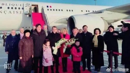 △陈竺(右五)到机场迎接马克龙
