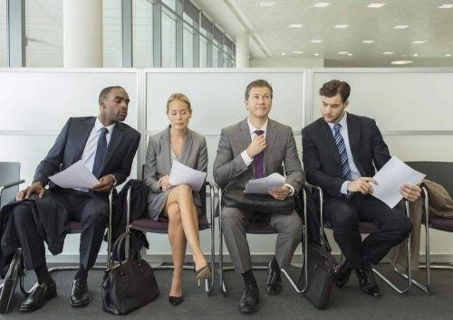 """公司会花费大量的时间,在评估员工的表现和应得的年终奖上,评估过程也耗费了大量的精力和金钱。但是我认为,更多的时间应该花在招聘一个人上。如果""""料""""取错了,入职以后不管如何努力教导都没有用。"""