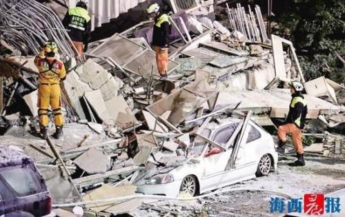 台湾花莲县地震导致多栋建筑倒塌,救援人员在现场搜救。