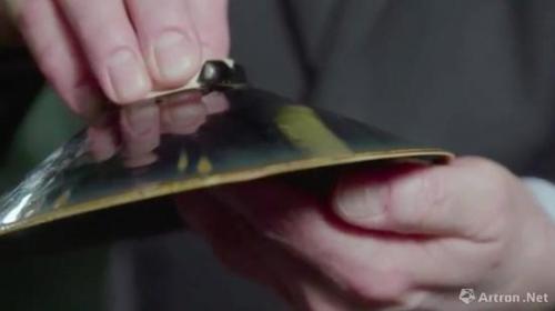 毛瑞(Robert M。 Mowry)模拟当时陶艺师手捏底足留下的痕迹