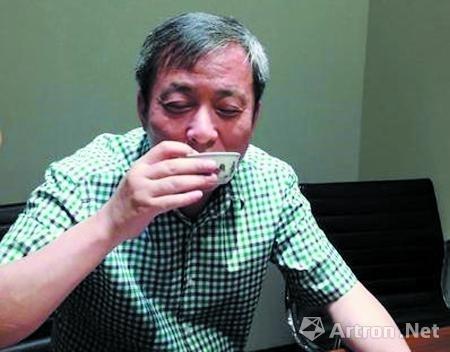 刘益谦端着鸡缸杯一饮而尽