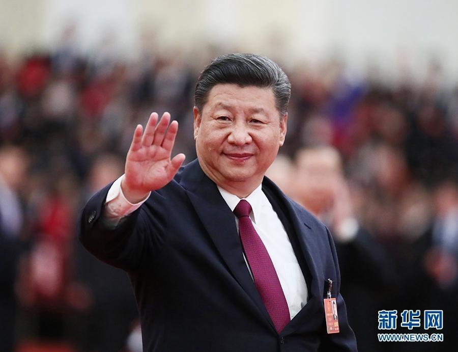 3月20日,第十三届全国人民代表大会第一次会议在北京人民大会堂闭幕。当日下午,习近平等党和国家领导人同出席十三届全国人大一次会议的全体代表合影留念。这是习近平向代表挥手致意。新华社记者 兰红光 摄