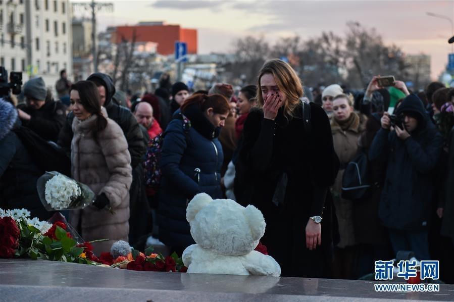 3月27日,在俄罗斯首都莫斯科,一名女子在悼念克麦罗沃火灾遇难者的活动上哭泣。