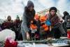 3月27日,在俄罗斯首都莫斯科,两名女子摆放鲜花悼念克麦罗沃火灾遇难者。新华社发(叶甫盖尼·西尼岑摄)