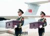 3月28日,在韩国仁川国际机场,中方礼兵护送志愿军烈士遗骸上飞机。根据中韩双方达成的共识,当地时间28日10时,中韩双方在韩国仁川国际机场庄严举行第五批在韩中国人民志愿军烈士遗骸交接仪式。新华社记者 王婧嫱 摄