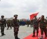 图为中国人民解放军陆军副司令员周松和(左)、柬埔寨副首相兼国防大臣迪班亲王(右)检阅参演部队。 中新社发 联演中方指导组供图