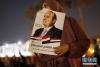 4月2日,在埃及首都开罗解放广场,一名支持者庆祝塞西获得连任。 新华社发(艾哈迈德·戈马 摄)