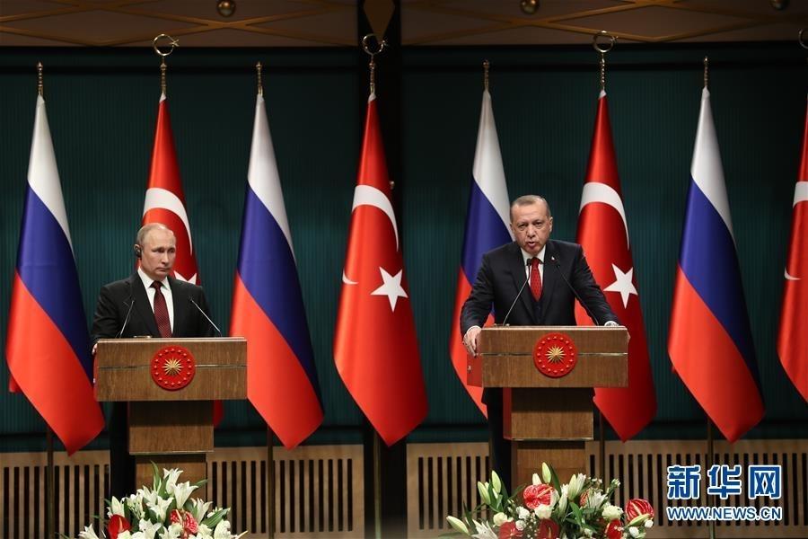 4月3日,在土耳其安卡拉,土耳其总统埃尔多安(右)与俄罗斯总统普京出席新闻发布会。