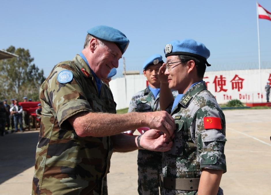 4月6日,在黎巴嫩南部辛尼亚村的中国赴黎维和部队多功能工兵分队营区,联合国驻黎临时部队(联黎部队)司令比尔里(前左);