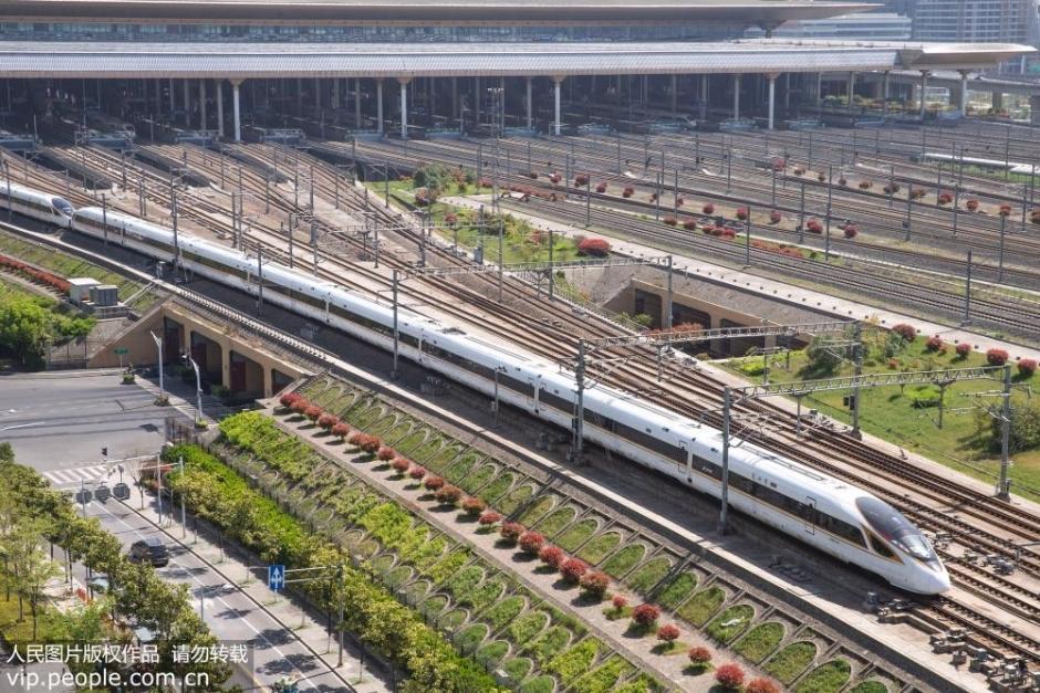 """4月9日,一列""""复兴号""""动车组驶入南京南站。"""