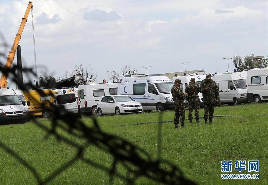4月11日,在阿尔及利亚卜利达省,几名士兵在军机坠毁现场附近了解情况。