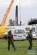 4月11日,在阿尔及利亚卜利达省,两名士兵在军机坠毁现场工作。