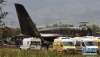 4月11日,在阿尔及利亚北部布法里克,救援人员在坠机现场工作