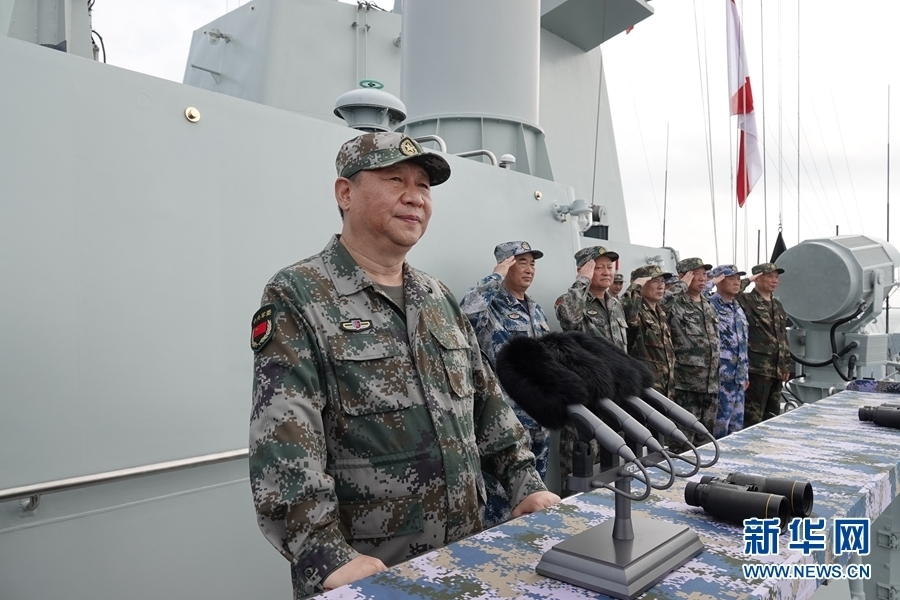 习近平检阅海上编队。新华社记者 李刚 摄