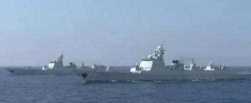 """阅兵中最大的明星无疑是航行在驱逐舰编队后的""""辽宁舰""""。"""