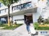"""4月17日,一名旅客抵达杭州睿沃智慧酒店,准备使用""""电子身份证""""办理酒店入住。新华社发(许康平 摄)"""