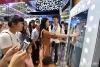 4月22日,观众体验智能试衣镜,感受虚拟试穿。(人民网记者 翁奇羽 摄)