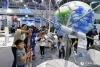 4月22日,家长正在给小朋友讲解卫星知识。(人民网记者 翁奇羽 摄)