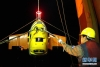 """科考队员将下潜归来的""""潜龙三号""""回收至母船(4月22日摄)。"""