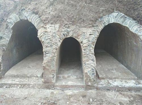 墓葬为迁葬合葬墓,有三个墓室。