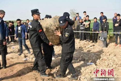 装满古钱币的瓮被挖出。南和县文保所供图